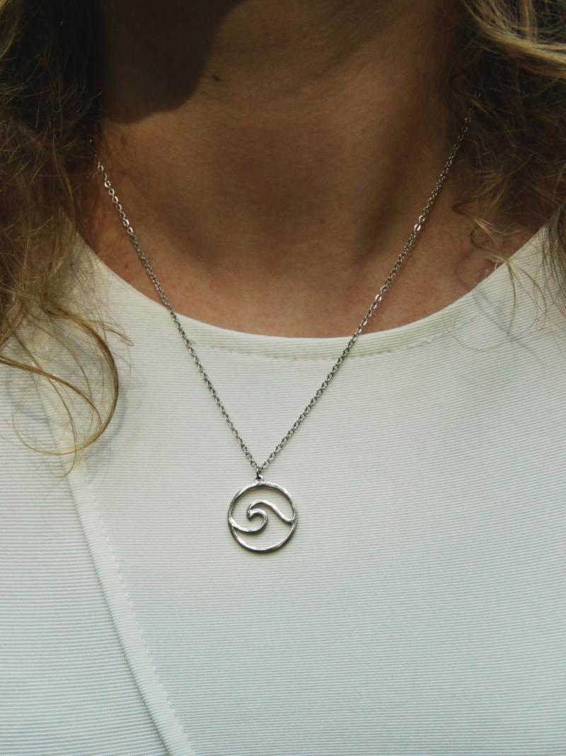 přívěsek náhrdelník vlna stříbrný na těle